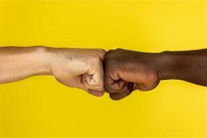 deux amis fist bumb
