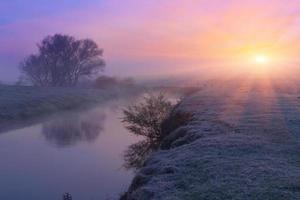 aube colorée sur la rivière