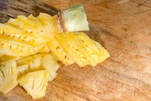 ananas sur un plancher en bois photo