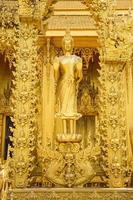 statue sur le temple d'or de wat paknam jolo
