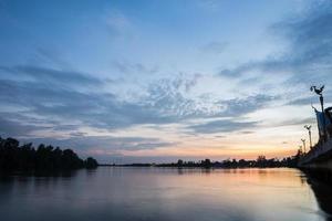 coucher de soleil à la rivière
