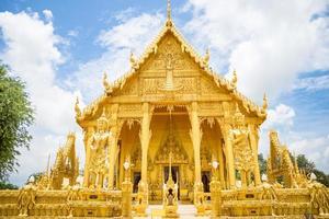 le temple d'or de wat paknam jolo, thaïlande
