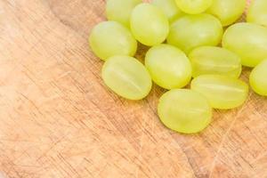 raisins sur fond de bois