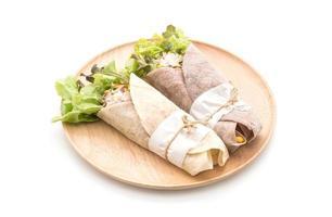 enveloppements de salade sur une assiette