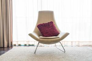 chaise avec un oreiller rose
