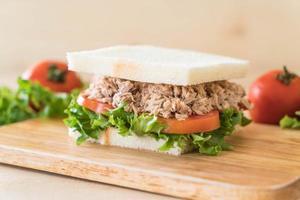 sandwich au thon sur une planche à découper