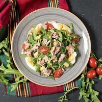 viande de poulet avec salade d'herbes vue de dessus
