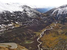 vue aérienne des montagnes enneigées photo