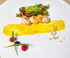 farine de poisson avec caviar, herbes et légumes photo