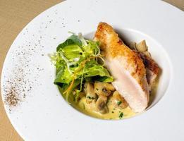 poulet, champignons et salade