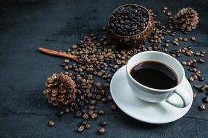tasse à café et grains de café torréfiés