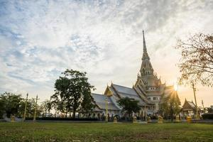 Le temple wat sothon wararam worawihan en Thaïlande