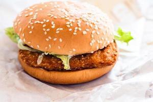 Burger de poulet frit sur fond de papier blanc