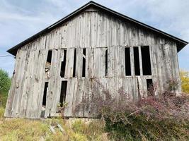 Grange abandonnée rustique pendant la journée