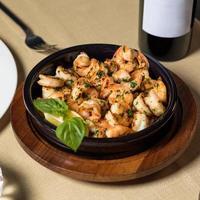 crevettes grillées dans un bol noir photo