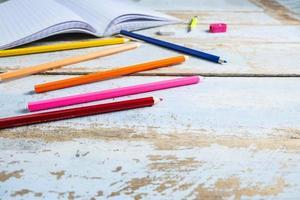 crayons de couleur sur la table