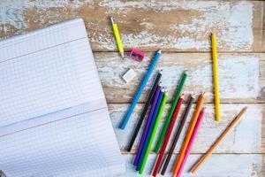crayons de couleur et cahier photo