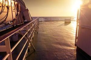 Vue d'un pont de ferry dans le soleil du soir