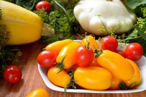 crudités fraîches colorées biologiques dans le panier