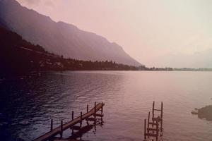 promenade dans le lac et la montagne en arrière-plan. photo