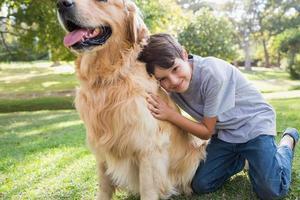petit garçon avec son chien dans le parc photo
