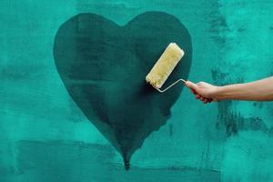 homme, peinture, coeur, sur, les, mur béton photo