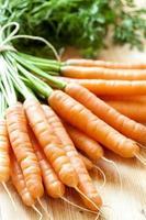 Bouquet de carottes fraîches sur bois
