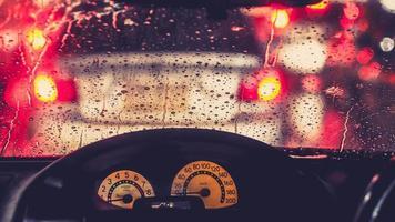 flou de lumière défocalisé sur la route par une nuit pluvieuse photo