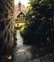cage d'escalier en pierre humide