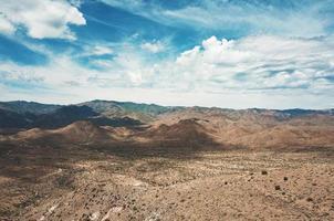 paysage de montagne sous un ciel bleu et blanc