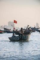 deux hommes sur bateau photo