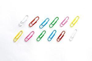 trombones colorés sur fond blanc