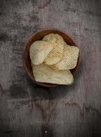 chips de pomme de terre dans un bol