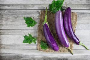 trois aubergines violettes