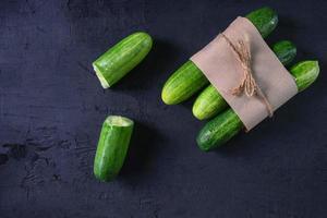 concombre frais sur fond noir photo