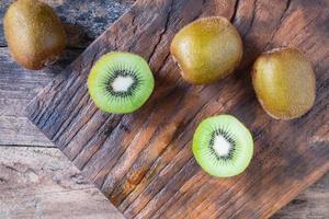 kiwi entier sur la planche à découper