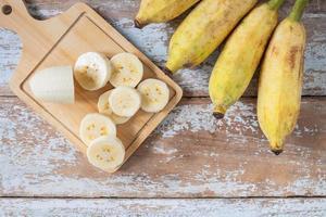 tranches de bananes sur une planche à découper