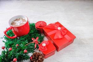 tasse de cacao au chocolat rouge et coffrets cadeaux rouges