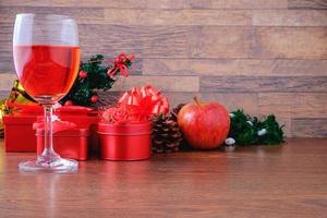 verre de vin avec des cadeaux de Noël photo