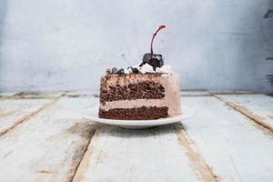 gâteau au chocolat sur fond de bois