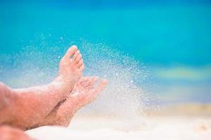 personne qui lance le sable