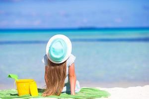 fille au chapeau sur une plage photo