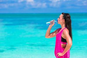 femme, eau potable, près, océan photo