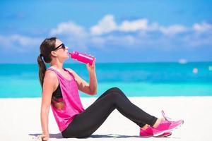 femme, eau potable, plage photo
