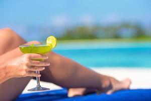 gros plan, de, a, tenue femme, a, cocktail, plage photo
