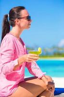 femme avec un cocktail à la plage photo