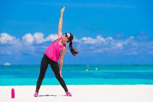 femme exerçant sur une plage photo