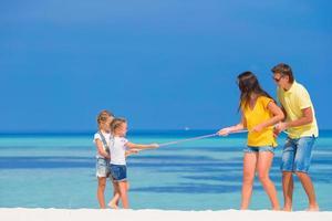 famille jouant au tir à la corde photo