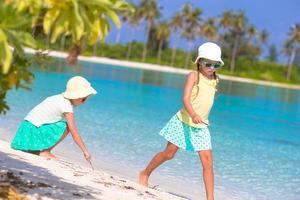 deux filles s'amusant sur une plage tropicale photo