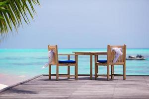 chaises de mariage décorées avec des arcs blancs au café en plein air photo